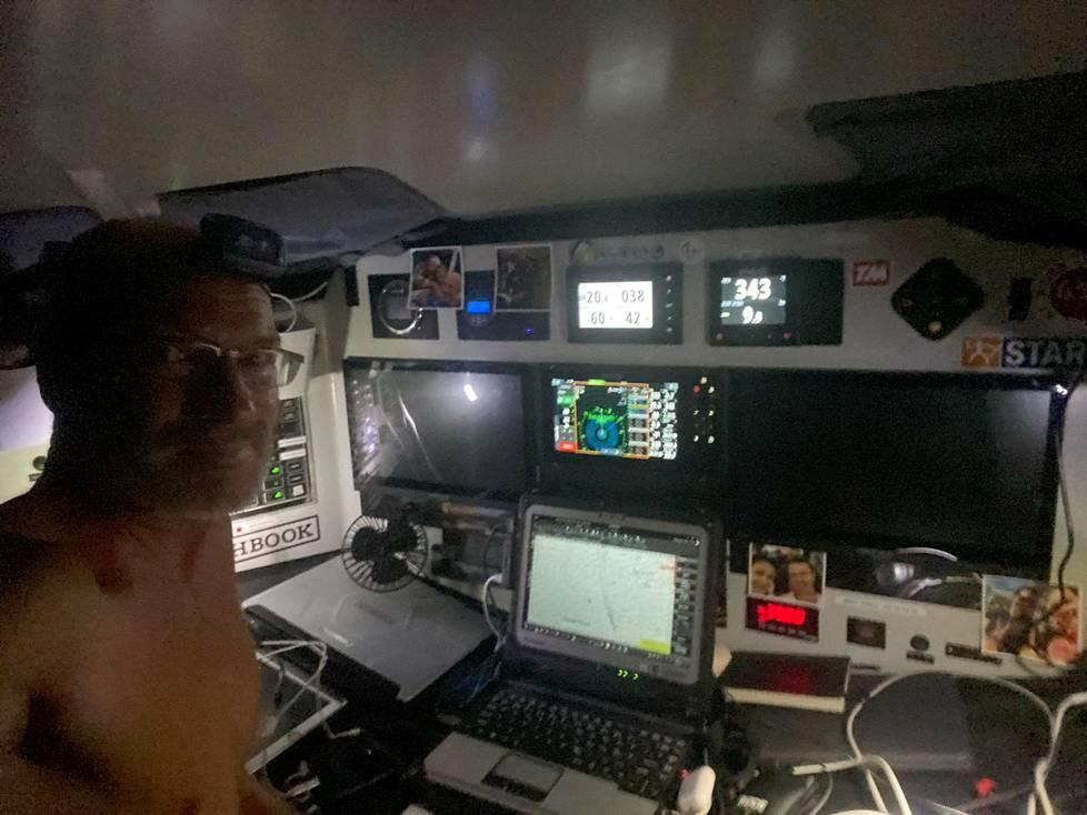 Ari Huusela kuvasi itsensä Stark-veneensä ohjaamossa.