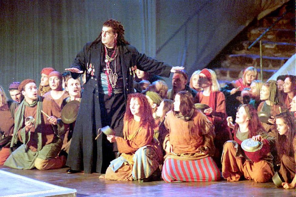 Matti Siitonen esiintyi myös oopperalavoilla. Kuva Aulis Sallisen Palatsi-esityksestä Savonlinnan oopperajuhlilta vuonna 1995.