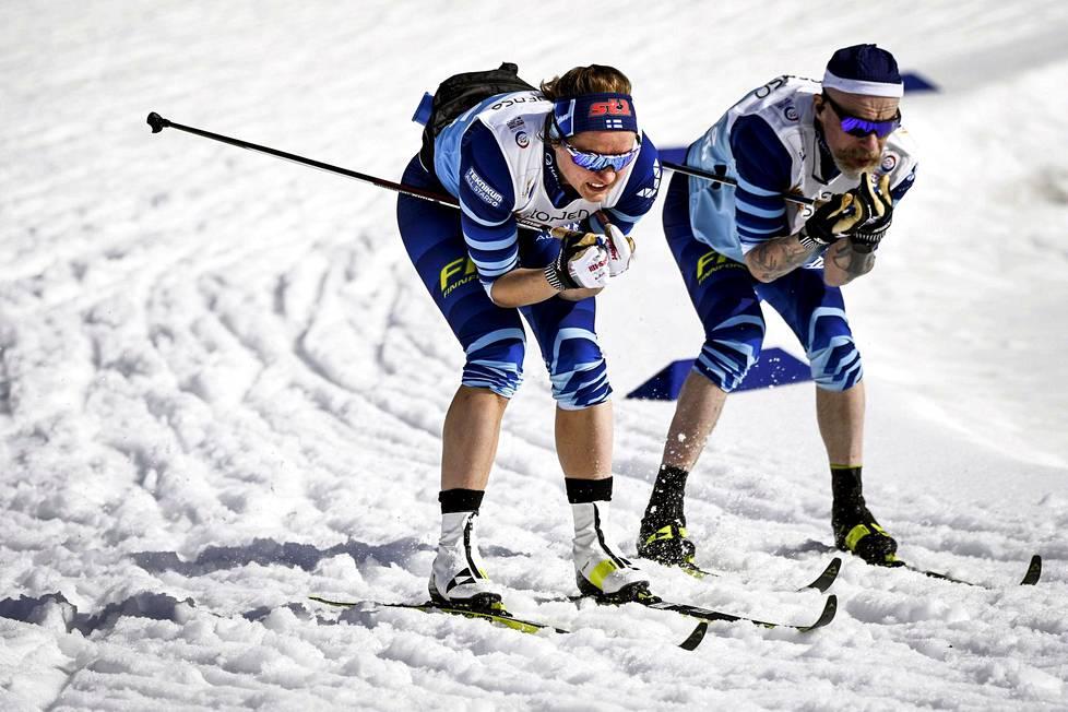 Katri Lylynperä (vas.) testasi huoltaja Heikki Alakärpän kanssa suksia Saksan Oberstdorfissa torstaina hiihdettävää sprinttikisaa varten.