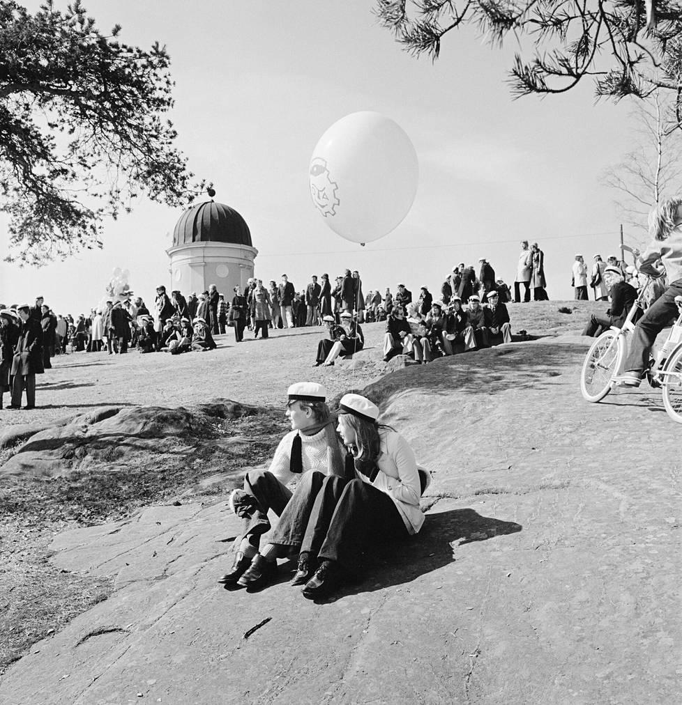 Ylioppilaat juhlivat vappua Kaivopuistossa vuonna 1976. Taustalla Tähtitieteellinen yhdistys URSA ry:n tähtitorni.