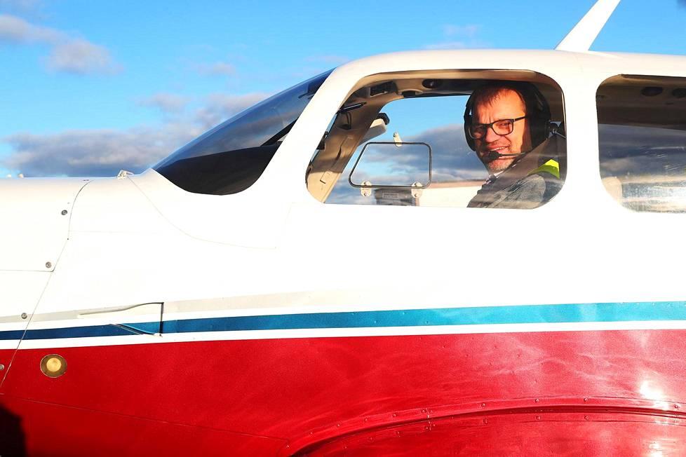 Pääministeri Juha Sipilä nousi ilmaan omalla Mooney-lentokoneellaan Oulun lentokentältä.