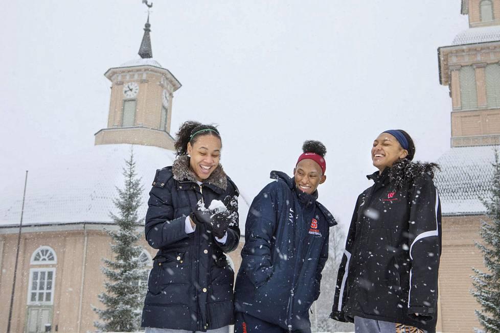 Vimpelin vedon koripalloilijat Sydney Coffey, Pachis Roberts ja Avyanna Young sanovat oppineensa pitämään Vimpelin rauhasta. Helsingissä he ovat käyneet kerran.