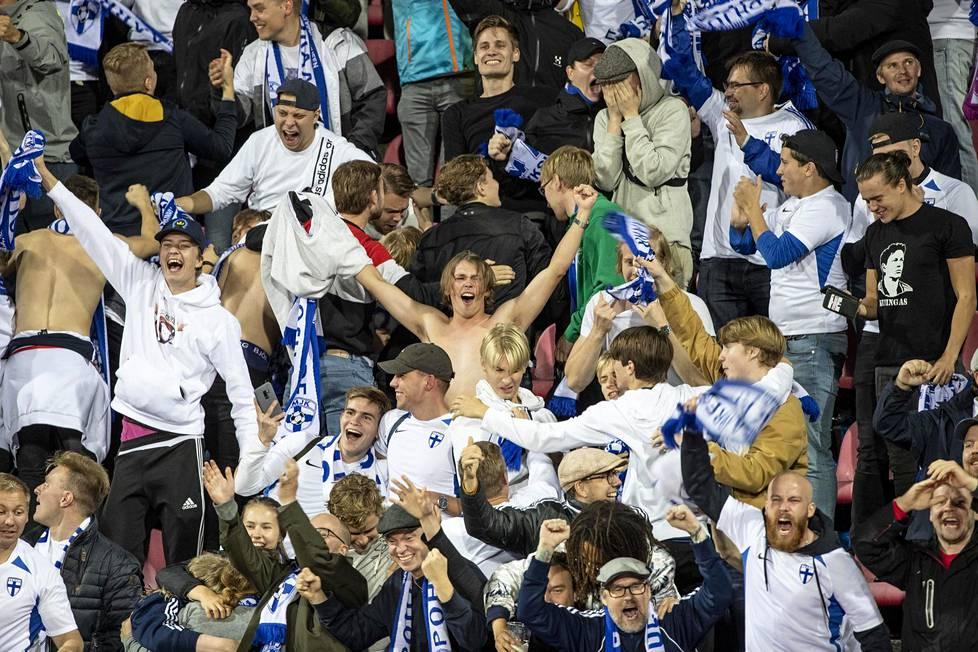 Maajoukkueen kannattajien iloa Suomen voitettua Kreikan EM-karsintaottelussa Tampereella syyskuussa 1-0.
