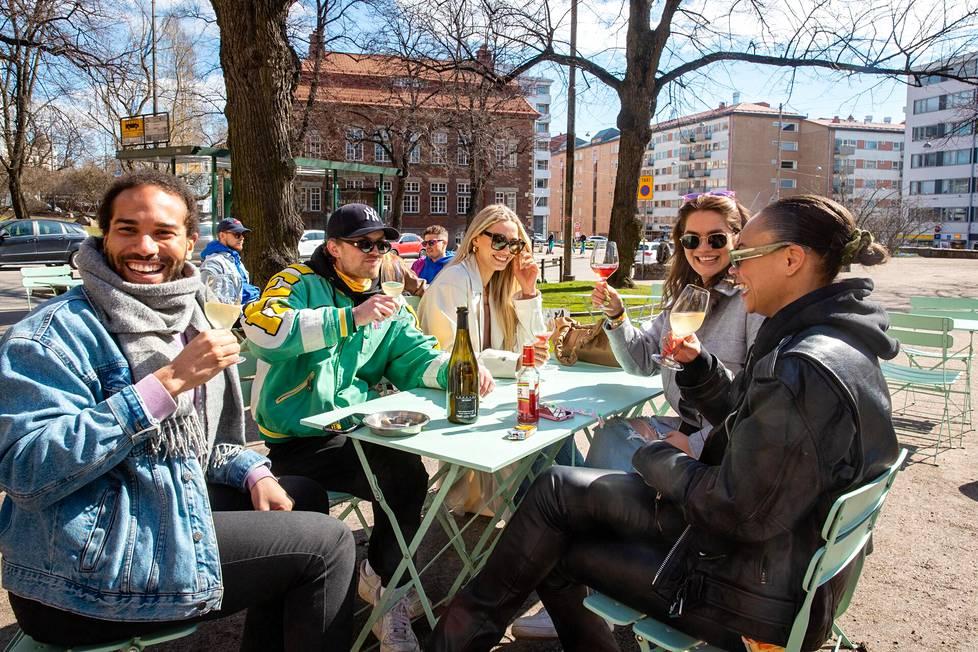 Ystäväporukka Osmo Nunoo (vas.), Mika Räikkönen, Rosa-Maria Martikainen, Miisa Salminen ja Jessica Benissan viettivät vappua Karhupuistossa. Porukka kertoi, että heidän ystävänsä soitti paikalla musiikkia ja lippakioskista sai viiniä.