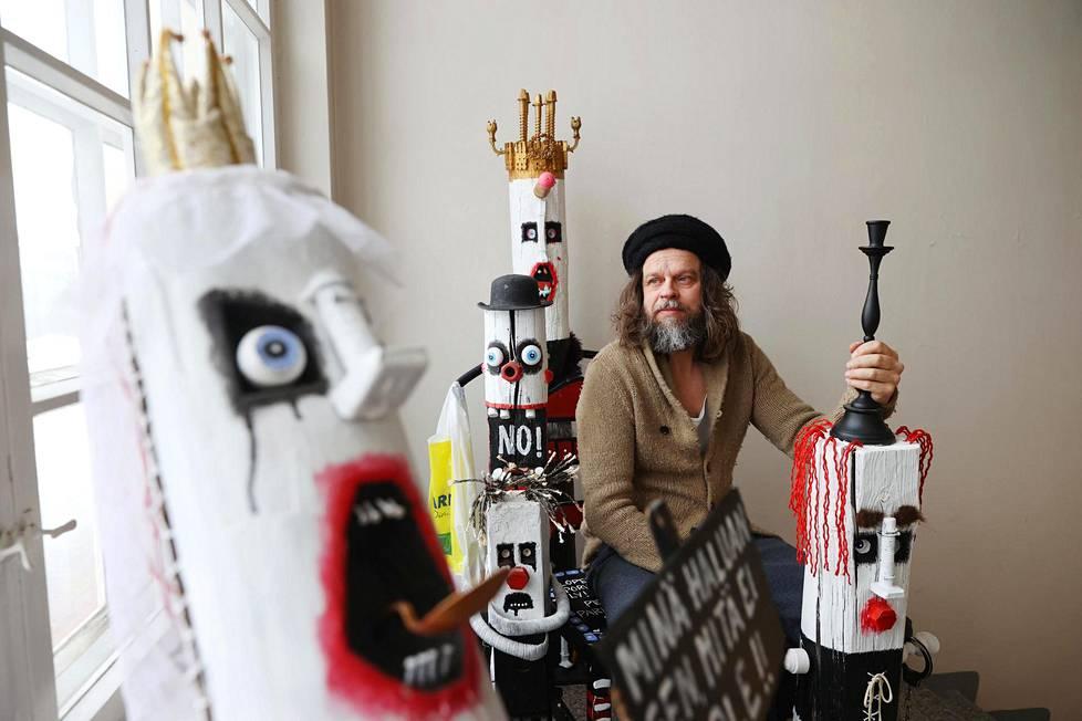 Jori Kalliolan nimettömissä töissä toistuu klovninomainen hahmo. Hän ei koskaan suostuisi maksamaan gallerialle saadakseen teoksia esille.