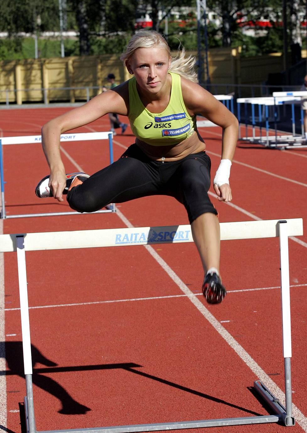 Annimari Korte harjoituksissa Eläintarhan urheilukentällä vuonna 2007.