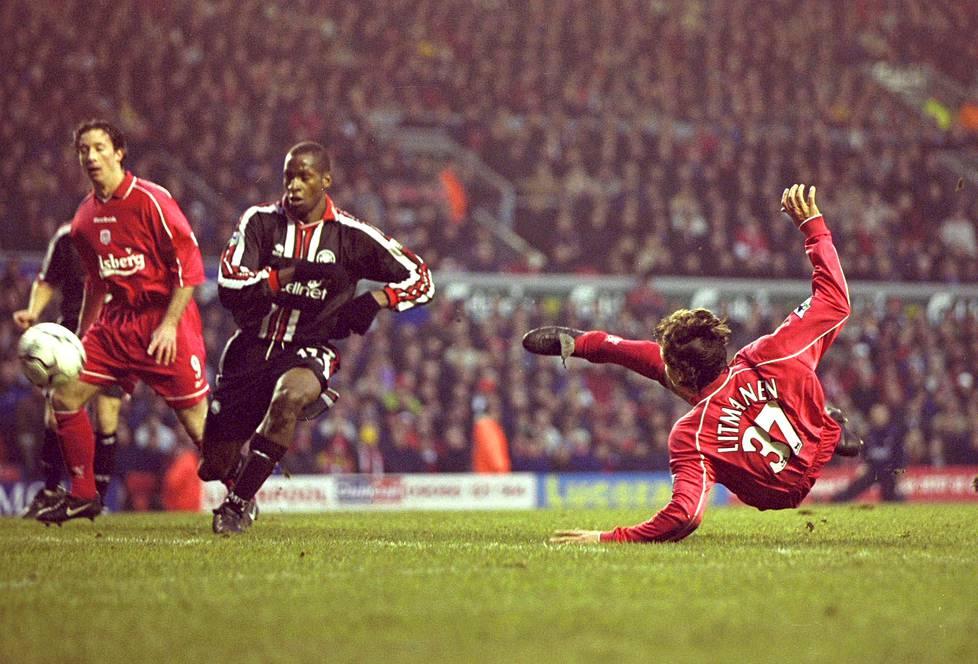 Vuonna 2001 Jari Litmanen siirtyi Liverpooliin. Kuva on liigapelistä Middlesbroughia vastaan. Vasemmalla joukkuetoveri Robbie Fowler, keskellä Middlesbroughin Ugo Ehiogu.