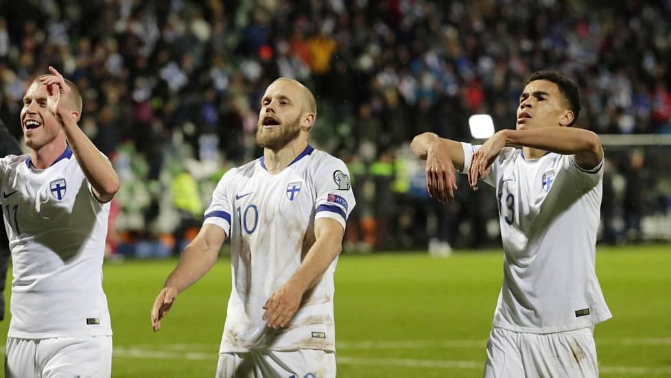 Rasmus Schüller, Teemu Pukki ja Pyry Soiri huudattivat faneja Turun Veritas-stadionilla EM-kisapaikan jo melkein varmistaneen Armenia-voiton jälkeen.