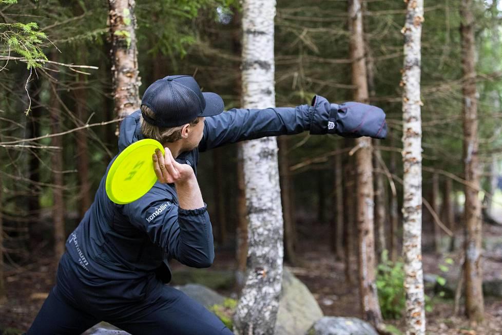Väinö Mäkelän tyylinäyte frisbeegolfin Tampereen pro tourin kilpailusta heinäkuussa 2020.
