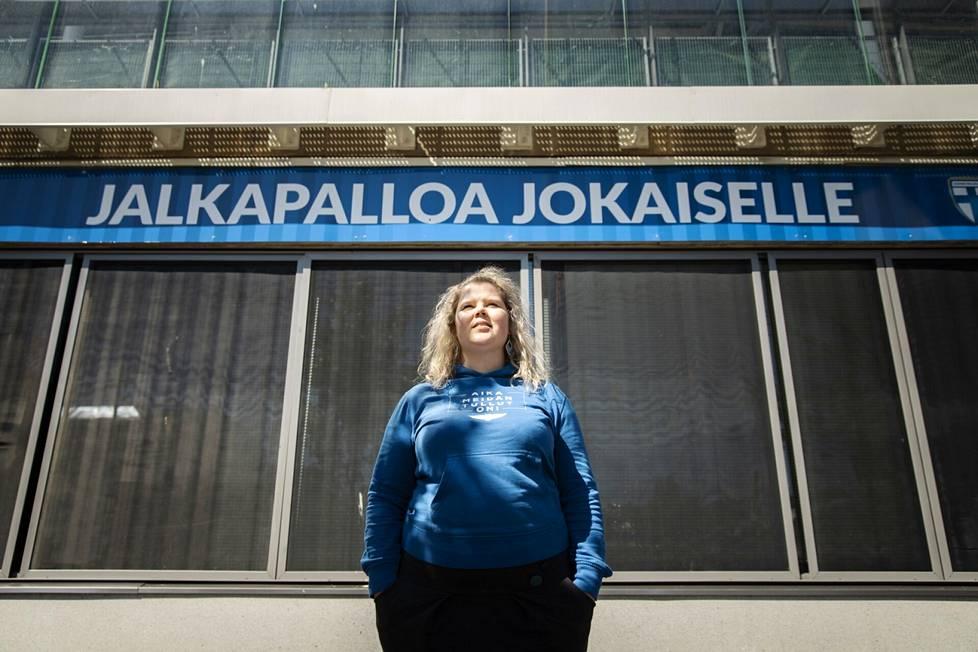 Riikka Kaukinen Töölön jalkapallostadionin edessä.