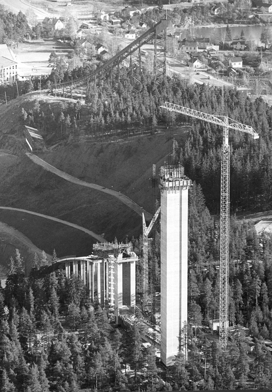 Lokakuussa 1971 betonipilarit olivat pystyssä, mutta vauhtimäki vielä puuttui. Taustalla vanha puumäki, joka purettiin vuonna 1976.