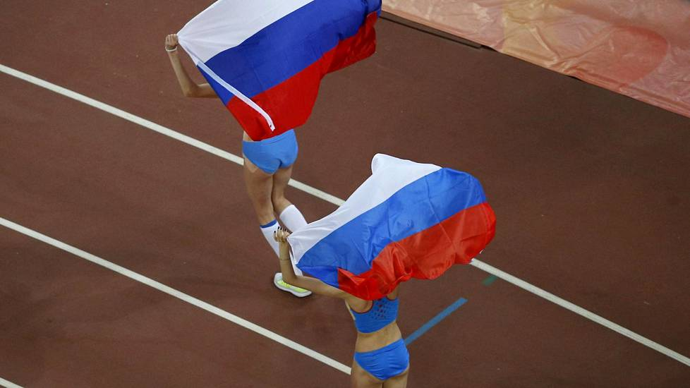 Videoartikkeli, (From L to R) Second placed Blanka Vlasic of Croatia, third placed Anna Chicherova of Russian and winner Maria Kuchina of Russia celebrate with their national flags after competing in the women's high jump final during the 15th IAAF World Championships at the National Stadium in Beijing, China, August 29, 2015.  REUTERS/Fabrizio Bensch  - RTX1Q5QP