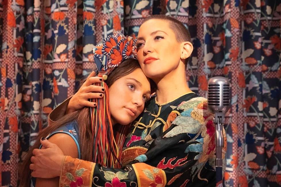 Maddie Ziegler (vas.) esittää Music-elokuvassa autistista tyttöä ja Kate Hudson hänen isosiskoaan.