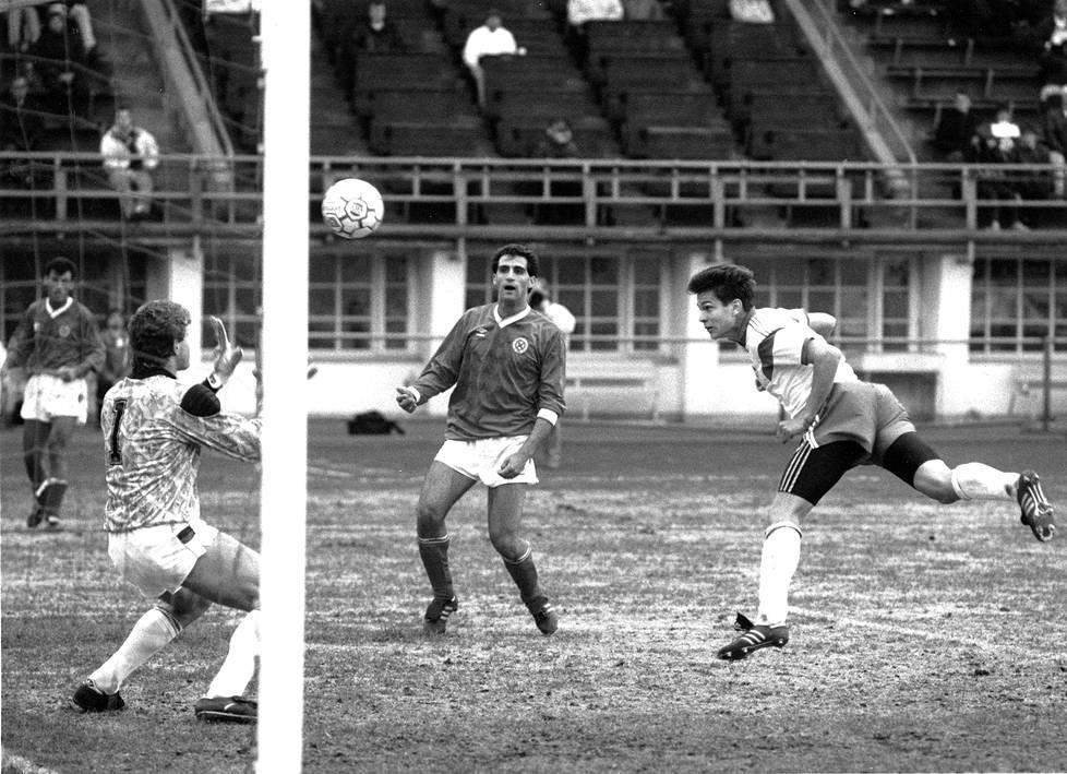 Toukokuussa 1991 Maltaa vastaan pelatussa maaottelussa Jari Litmanen puski pallon maalivahti Reginald Cinin ohi verkoon. Suomi voitti olympiakarsintaottelun 2-0.