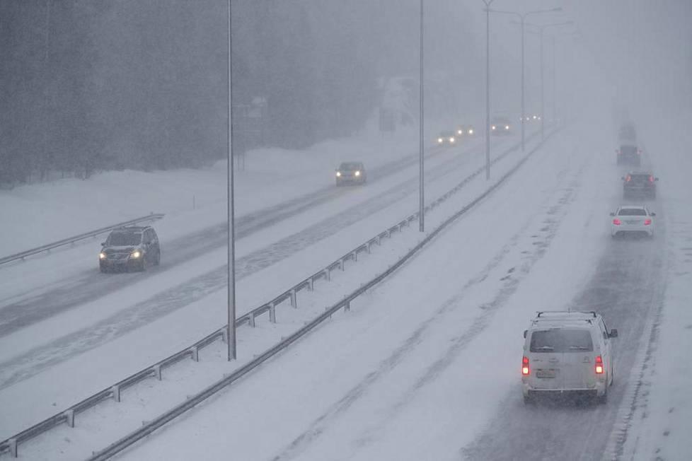 Pöllyävä lumi hankaloitti liikennettä Tuusulanväylällä.