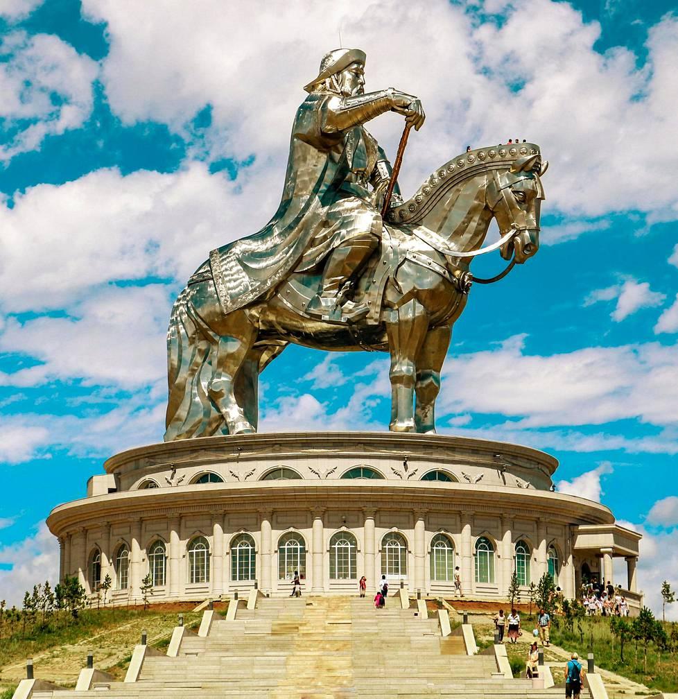Mongolian hirmuhallitsija Tsingis-kaani (1162–1227) raiskasi sukulaisineen kymmeniä tuhansia naisia. Kaanin johtamat joukot tappoivat miljoonia. Tsingis-kaanin jättimäinen patsas sijaitsee Mongolian pääkaupungin Ulan Batorin ulkopuolella.