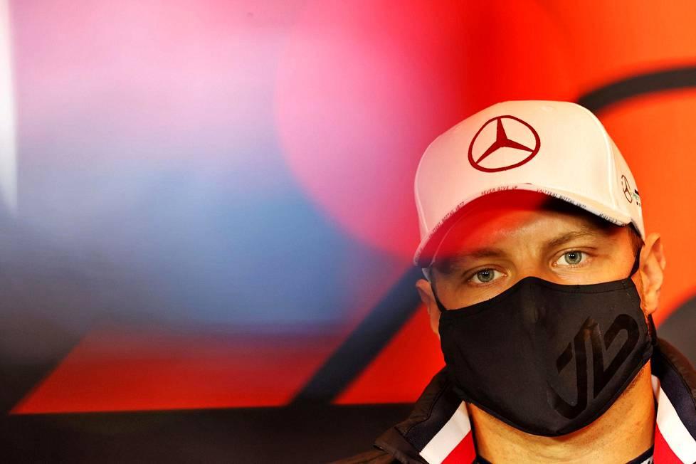 Valtteri Bottas käytti maskia haastattelutilaisuudessa Imolassa Italiassa torstaina.