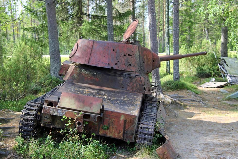 Talvisotamuseon liepeillä säilynyt sodan raskas kalusto on vaikuttavaa nähtävää.