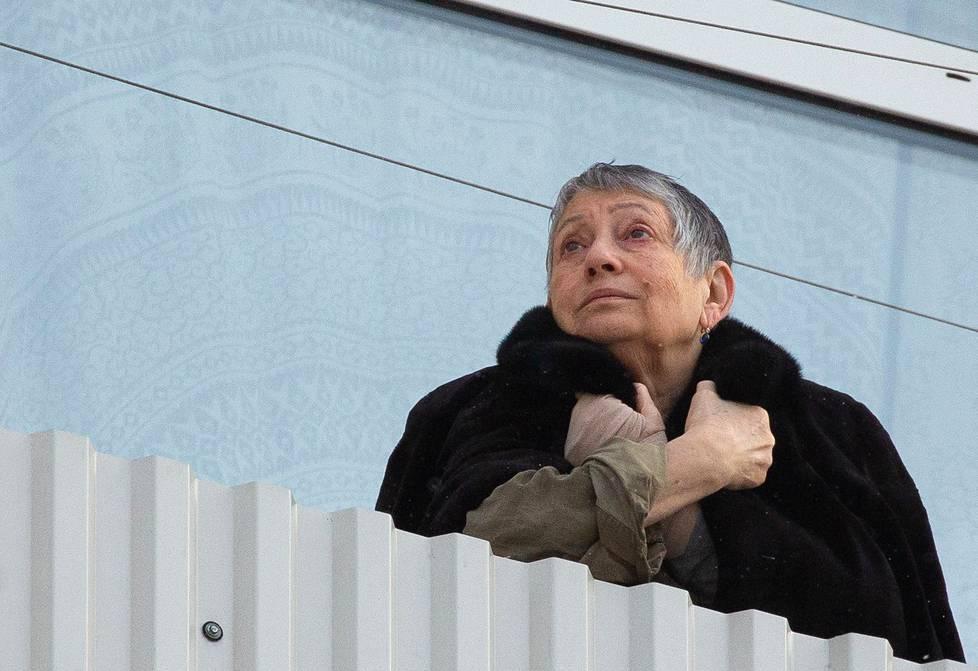 Moskovassa asuva kirjailija Ljudmila Ulitskaja kuvattiin kotinsa parvekkeella. Moskovassa yli 65-vuotiaiden on koronaviruksen vuoksi pysyteltävä käytännössä kotona.