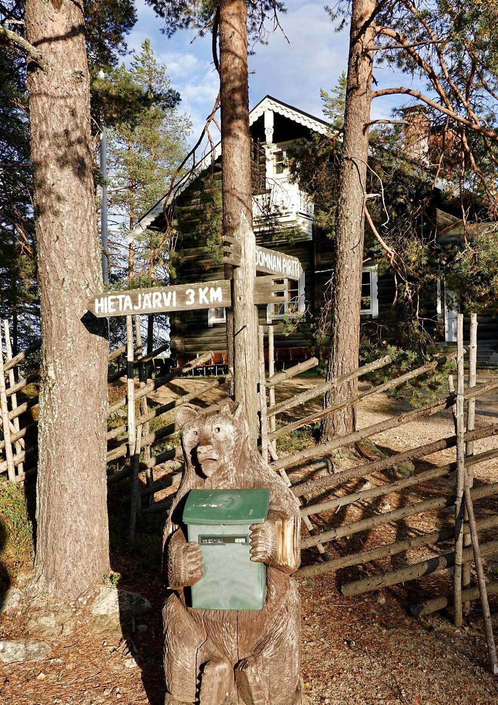 Vuonna 1964 rakennettu, runonlaulaja Domna Huovisen mukaan nimetty Domnan pirtti noudattaa perinteistä rakennustyyliä.