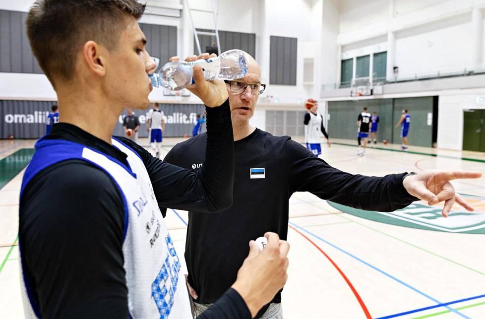 Jukka Toijala jakaa ohjeita Kerr Kriisalle Viron maajoukkueen harjoituksissa.