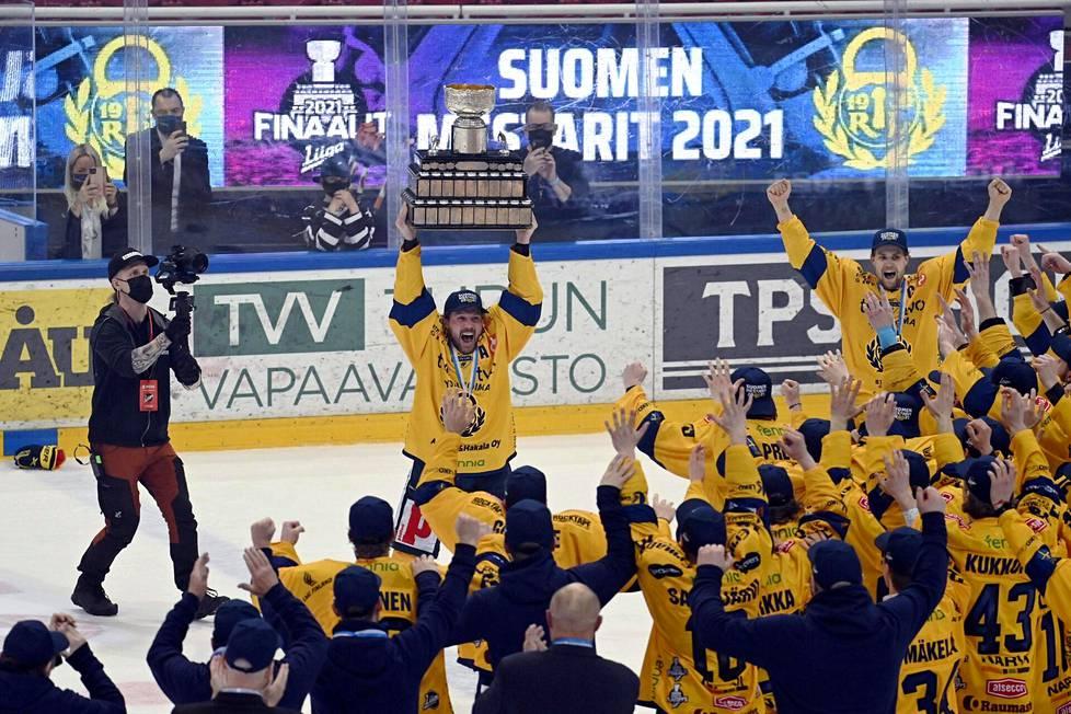 Rauman Lukon kokenut varakapteeni Toni Koivisto sai kunnian nostaa ensimmäisenä lukkolaisena Kanada-maljan kohti Gatorade Centerin kattoa.