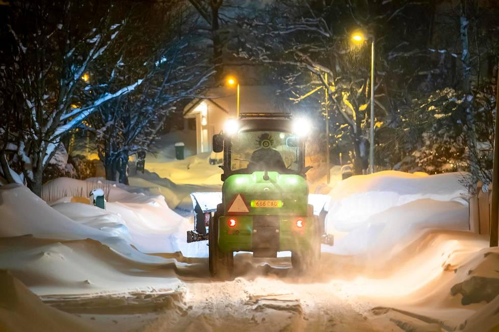 Jo toista päivää jatkunut lumipyry peitti Keravaa valkoisiin hankiin.