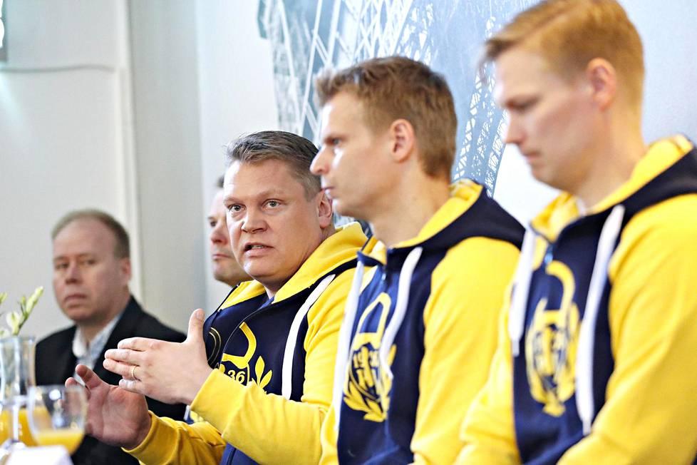 Pekka Virta kertoi tuoreesta sopimuksestaan Lukon infossa keväällä 2017. Mukana tilaisuudessa olivat Timo Rajala (vas.), Erik Hämäläinen, Jesse Welling ja Mikael Vuorio.
