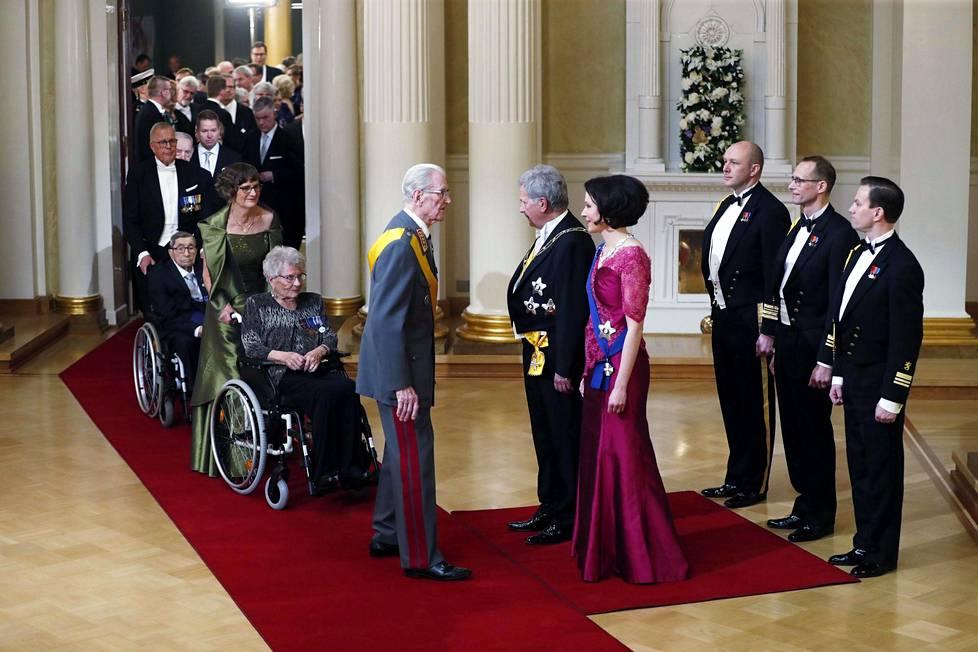 Kenraali Jaakko Valtanen astui ensimmäisenä kättelemään presidentti Sauli Niinistöä ja tämän puolisoa Jenni Haukiota itsenäisyyspäivän juhlavastaanotolla 2019.