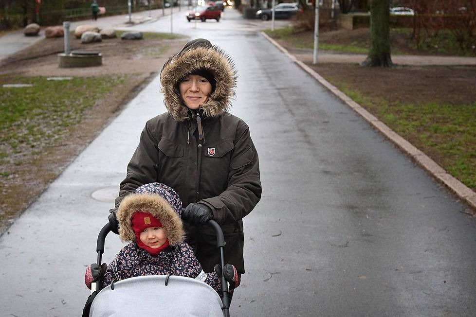 Helsinkiläinen Anne Jalkala oli tulossa sisäjumpasta lastensa Hilkka ja Varpu Heikkilän kanssa ja pysähtyi kotimatkalla Taivallahden leikkipuistoon keinumaan 15. tammikuuta 2020.