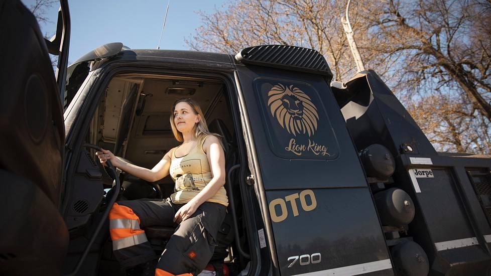 Jonna Koskinen ajaa kuorma-autoa töissä. Hän toivoo pian valmistuvansa niin, että hän saisi ajaa myös yhdistelmäajoneuvoa.