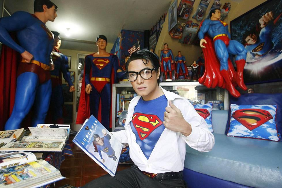 Herbert Chavez esitteli Teräsmies-kokoelmaansa kotonaan Calamba Lagunassa Filippiineillä lokakuussa 2011. Chavez on käynyt läpi yli kaksikymmentä kauneusleikkausta näyttääkseen idoliltaan. Lisäksi hän kerää Teräsmies-aiheista tavaraa. Hänen kokoelmaansa kuuluu yli 1200 esinettä.