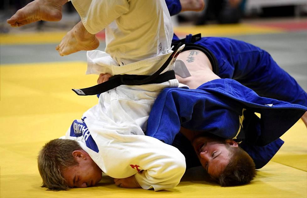 Judoliiton kevätkokouksessa on edessä vääntö puheenjohtajan ja toiminnanjohtajan asemasta. Kuva on judon SM-kilpailuista vuodelta 2018. Pyry Halonen valkoisessa puvussa ja Klaus Verlin sinisessä.