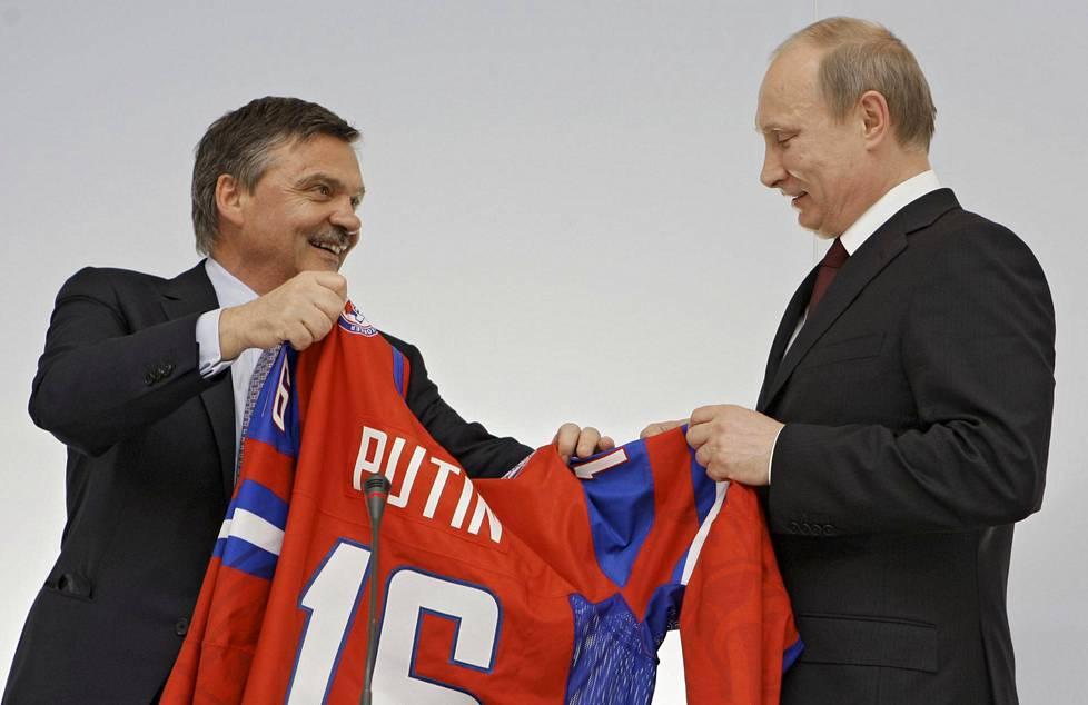 René Fasel esitteli Vladimir Putinille tämän nimikkopaitaa jääkiekon MM-kisoissa 2016.