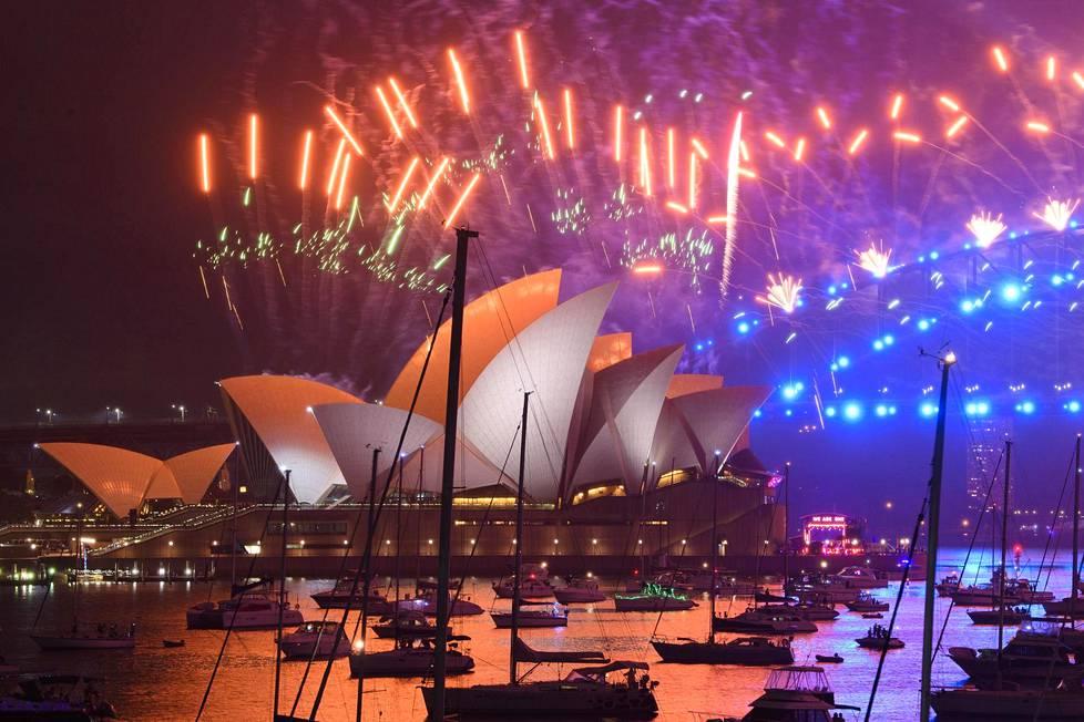 Ilotulitus Sydneyn oopperatalon ja Harbour Bridgen yllä Australiassa.