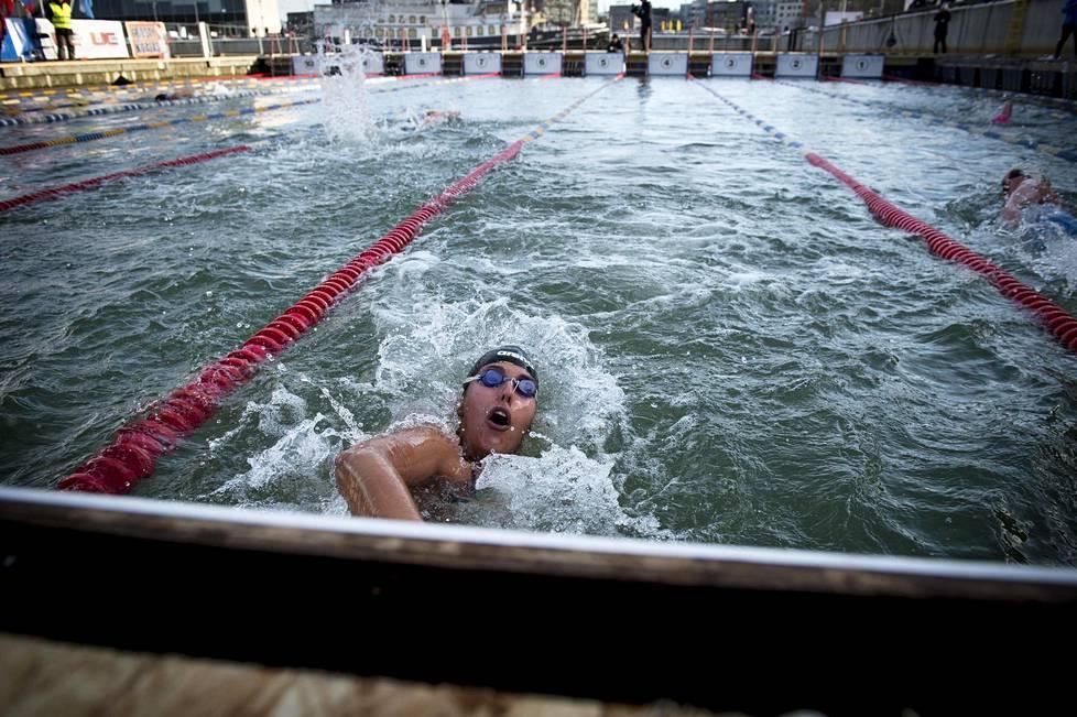 Chileläinen Barbara Hernandez oli talviuinnin pitkien matkojen hallitseva mestari MM-kisoihin tullessaan. Tallinnassa hän ui 450 metrin kilpailussa hopealle ajalla 6.49,34. Chilessä hänet tunnetaan lempinimellä Jääseireeni.