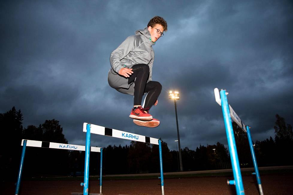 Monilajiurheilija Erik Saravuo on alppihiihdon maajoukkuejuniori, golfaaja ja crosfit-urheilija. Tiistai-iltana Saravuolla oli alppihiihtäjien kuivaharjoittelutreenit.
