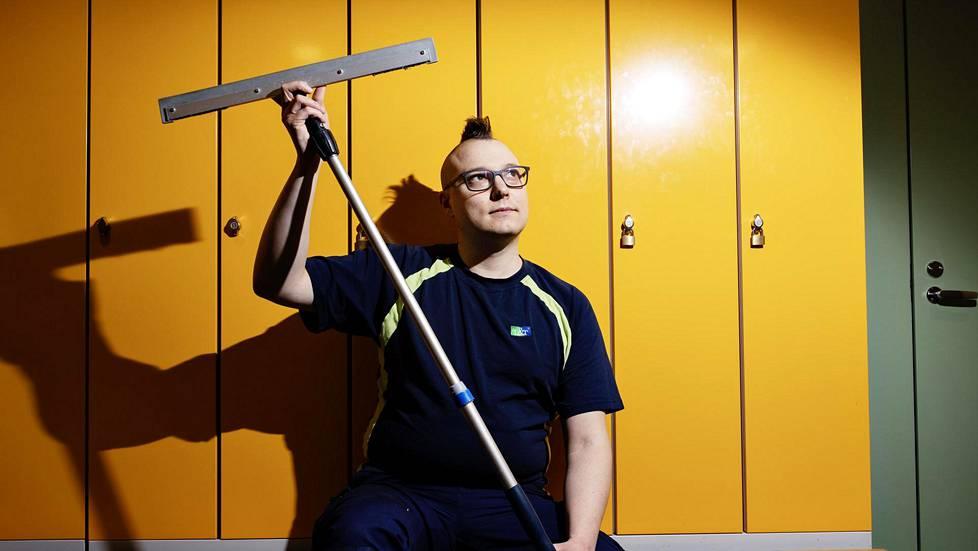 Esikoiskirjailija Joonas Riekkola, 37, työskentelee Lassila & Tikanojalla siivoojana.