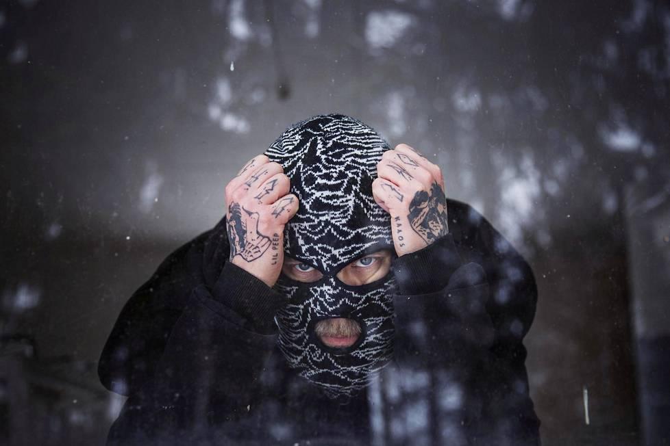 Eevil Stöö esittää gangstaräppiä kommandopipon takaa.