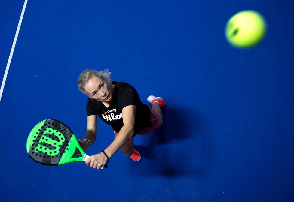 Emma Laine innostui padelista todenteolla, kun hän lopetti tennisuransa viime keväänä.