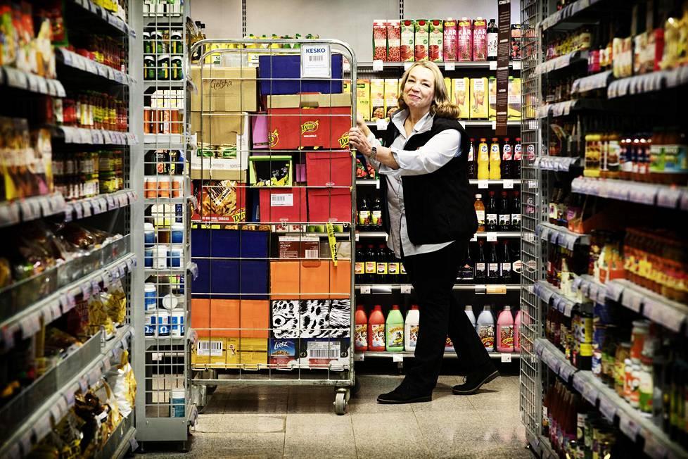 Paulamaria Äärynen-Tuomisen työpäivään kuuluu muun muassa valikoiman läpikäymistä ja tilausten tekemistä.