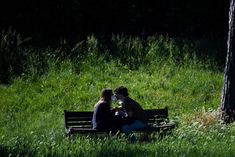 Pariskunta nautti aamuauringosta roomalaisessa Villa Borghesen puistossa maanantaina.