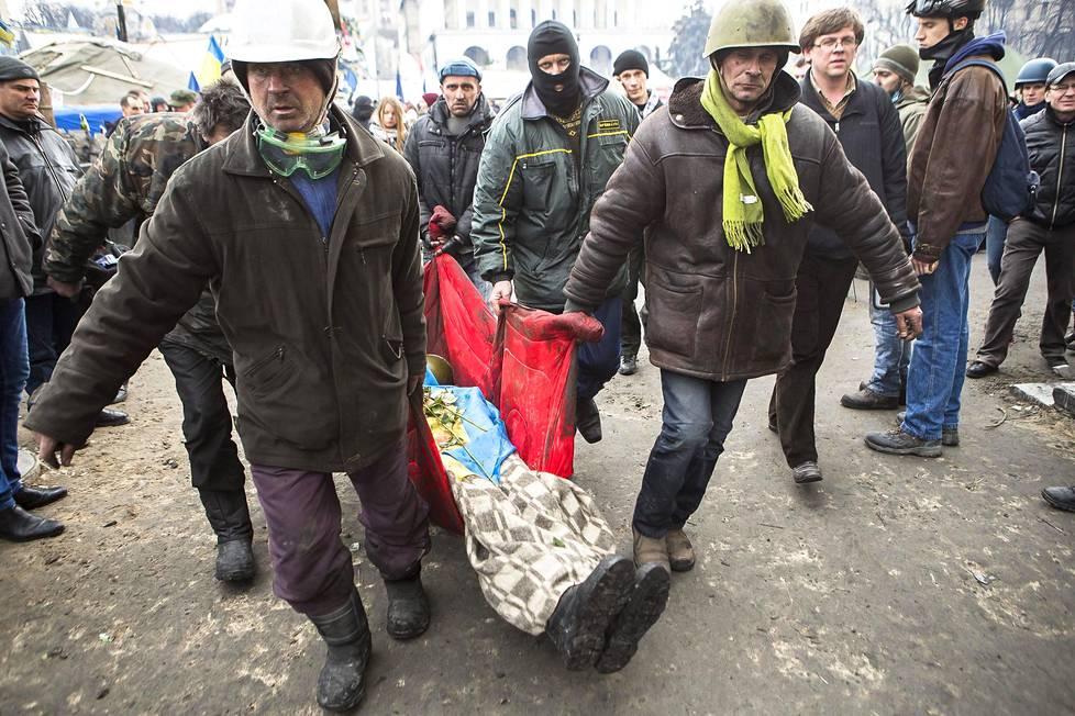 Maidanin mielenosoittajat kantoivat surmansa saanutta toveriaan Kiovassa 20. helmikuuta 2014.