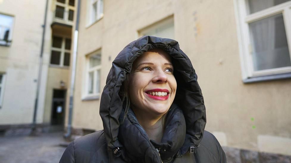 Laura Liski viihtyy hyvin Siltasaaressa. Taloyhtiö järjestää sisäpihalla juhlia kesäisin.