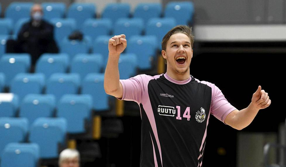 Esko Vuorinen of the Vantaa Ducks celebrated the victory over Hurricane-Loimaa at Lumo Sports Hall in Vantaa on 12 March.