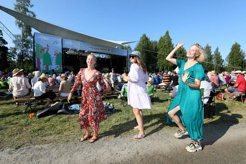 Eeva Virtanen (vas.), Eveliina Nygren ja Anna Virtanen nautiskelivat musiikista lauantaina Pori Jazz soi taas -tapahtumassa Kirjurinluodolla.
