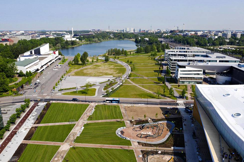 Näkymä Töölönlahdelle Oodin edustalta kesäkuun alussa.