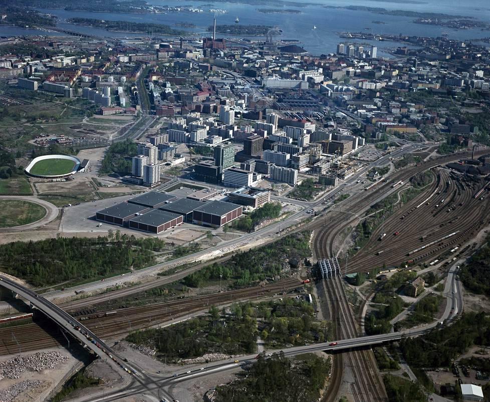 Ilmakuva Itä-Pasilasta vuonna 1978. Oikealla ratapiha, keskellä vasemmalla Messukeskus.