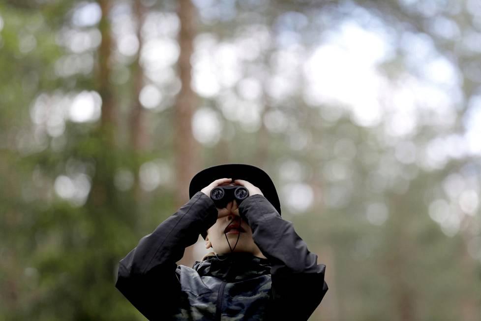 Metsävälitunnilla on aikaa tarkkailla luontoa. Kasper Kuitunen kiikaroi.