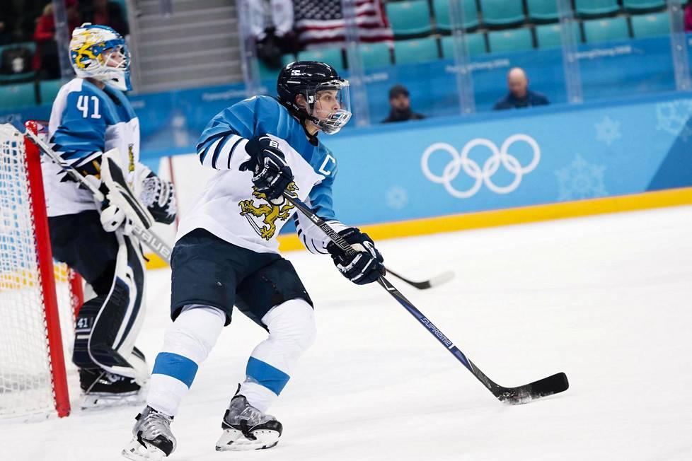 Jenni Hiirikoski kipparoi Naisleijonat olympiapronssille Pyeongchangissa 2018. Hiirikoskella on palkintokaapissaan yksi MM-hopea, kuusi MM-pronssia ja kaksi olympiapronssia. Taustalla maalivahti Noora Räty.